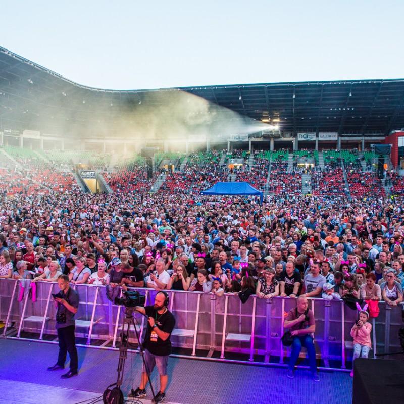 disco polo ludzie przed sceną