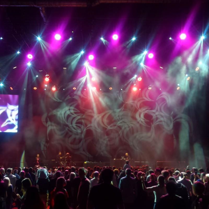 światła na scenie, dobra zabawa
